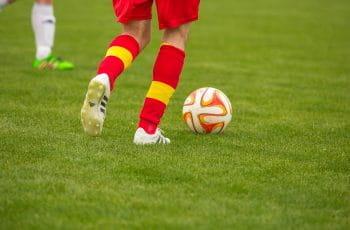 Adolescentes jugando al fútbol.