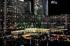 Skyline del resort Aria de noche.