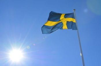 Una bandera de Suecia ondea en lo alto de un poste.