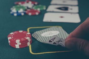 Mesa de póker con cartas y fichas