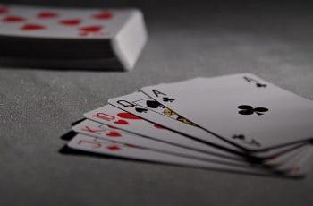 Una mano de póker sobre la mesa.