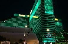 Vista nocturna del resort MGM Grand en Las Vegas.