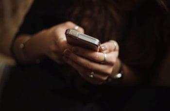 Una mujer usando un móvil.