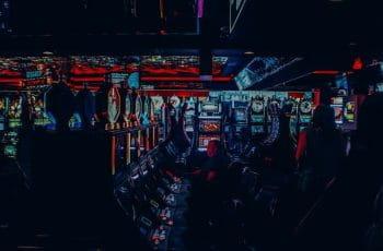 Un salón de juegos lleno de máquinas tragaperras.