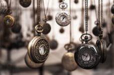 Diversos relojes antiguos indicando el paso del tiempo.