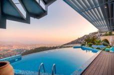 Resort de lujo desde la piscina.