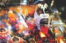Cabeza de un miembro de la banda KISS en una máquina de pinball.