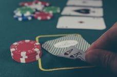 Una mano voltea las cartas en una partida de póker.