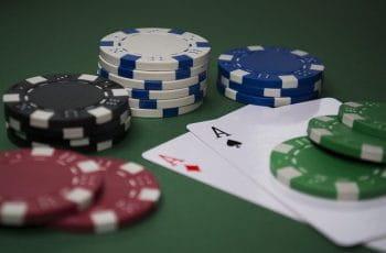Fichas y cartas de póker sobre el tapete.