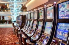 Máquinas tragaperras en un casino físico.