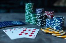 Fichas y cartas de póker sobre una mesa.