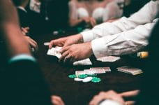 Grupo de gente jugando al póker en un casino.