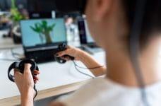Una mujer haciendo uso de un dispositivo de realidad virtual.