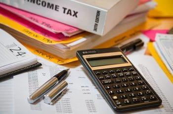 Impuesto sobre la renta y calculadora.