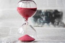 Reloj de arena roja.