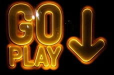 Letrero de neón con la inscripción GO PLAY.