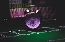 Reloj alarma sobre un tapete.