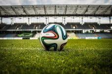 Balón de fútbol en un estadio vacío.