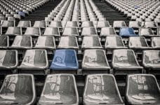 Gradas grises de estadio vacías.