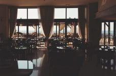 Interior de un restaurant vacío.