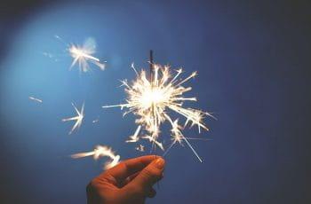 Bengala de estrellas para cumpleaños encendida.