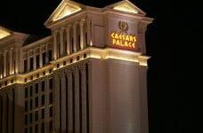Lateral de la fachada del casino Caesars de Las Vegas.