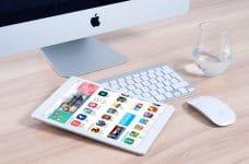 iMac y iPad sobre una mesa.