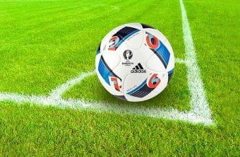 Balón de fútbol en el saque de esquina.