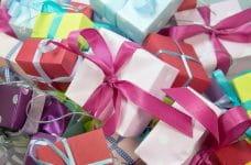 Un montón de cajitas de regalo de diversos colores.