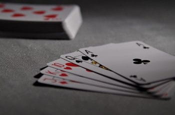 Una mano de póker sobre el tapete.