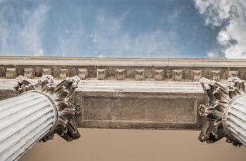 Dos columnas con capiteles corintios en perspectiva.