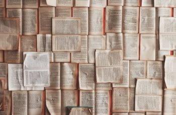 Un conjunto de libros abiertos por la mitad.