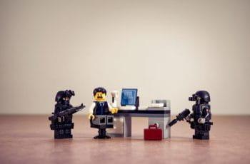 Representación mediante muñecos LEGO de un arresto policial.