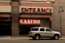 Entrada de un casino.