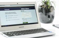 Ordenador portátil abierto en la página de registro de Facebook.