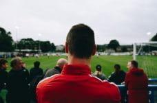 Grupo de espectadores en un partido de fútbol.