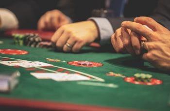 Jugando en una mesa de blackjack.