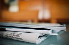 Periódicos sobre una mesa.