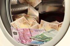 Tambor de una lavadora con un montón de billetes de euro.
