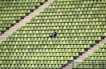 Gradas de un estadio de fútbol vacías.