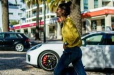 Una mujer se pasea por un bulevar en Estoril, Portugal.