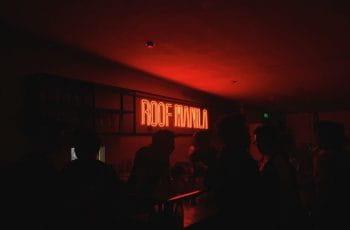 Interior oscuro del bar Roof Manila.