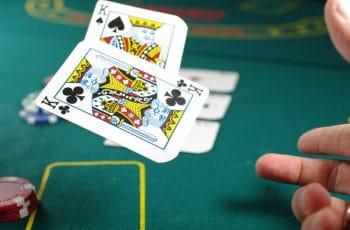 Dos reyes de la baraja de póker son lanzados al tapete.