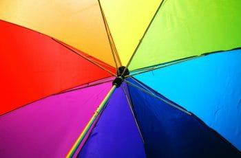 Interior de un paraguas multicolor.