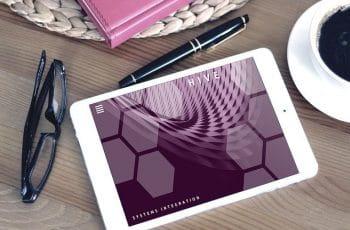 Tablet sobre una mesa.