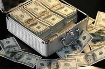 Una maleta abierta con billetes de cien dólares.