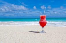 Cóctel refrescante en una playa.
