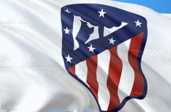 Bandera con el escudo del Atlético de Madrid de fútbol.