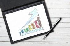 Gráfico con tendencia positiva dibujado en una tablet.