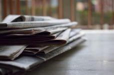 Periódicos apilados.